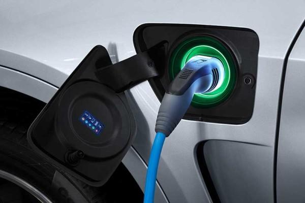 A hibrid BMW X5 xDrive40e akkumulátora otthon is tölthető