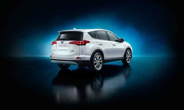 Újratervezett, friss stílussal jelentkezik az új Toyota RAV4 hibrid kivitelben