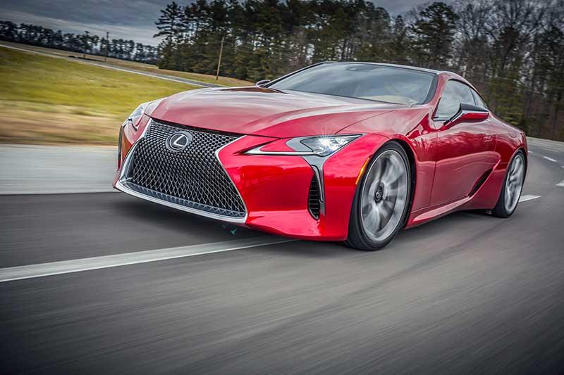 Új luxuskupé a Lexus LC 500 menet közben