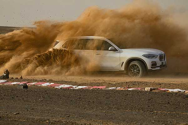 A BMW felépítette a Szaharában a monzai versenypálya nagyszerű mását