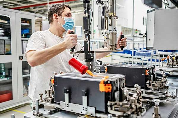 Terv alapján indult újra a nagyfeszültségű hajtásrendszer-akkumulátorok gyártása a Škoda AUTO üzemében